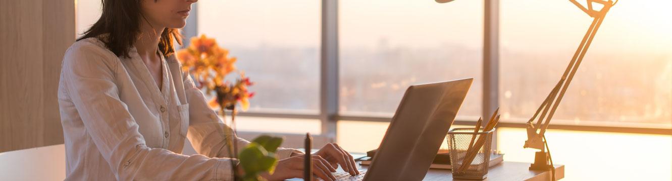 Une personne rédige un mail son ordinateur