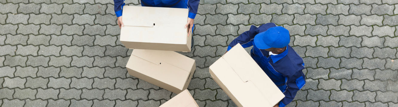 Deux déménageurs effectuent le déchargement de cartons