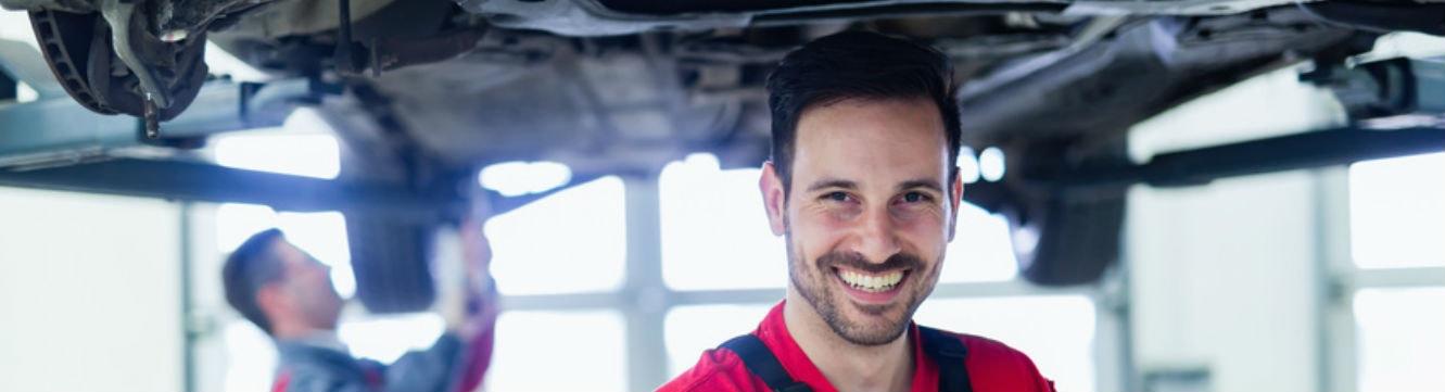Un mécanicien automobile travaille au centre de service automobile