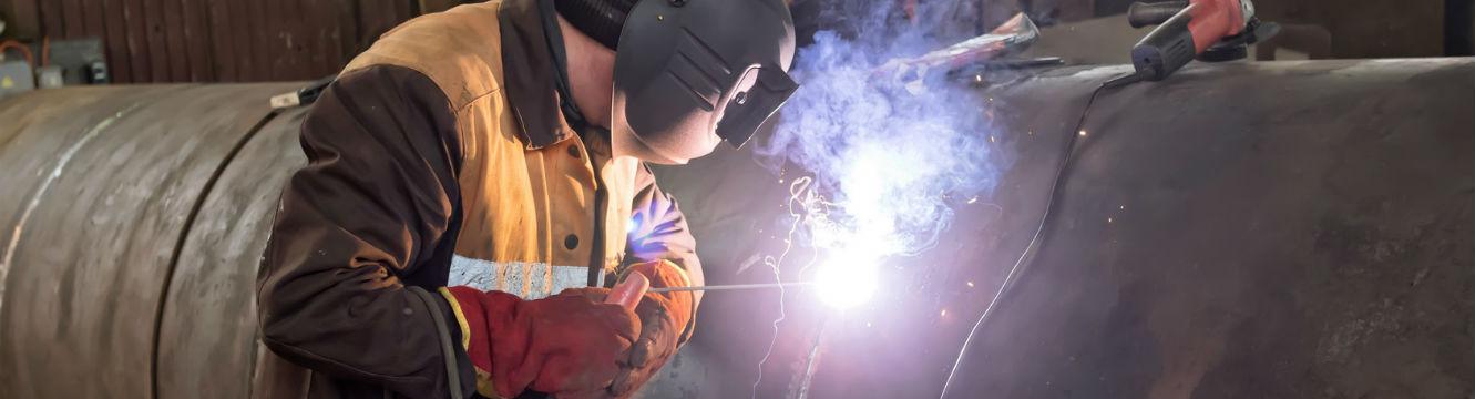 Un soudeur effectue une réparation d'un appareil