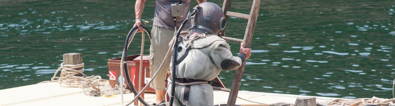 Un plongeur scaphandrier s'apprête à effectuer une plongée