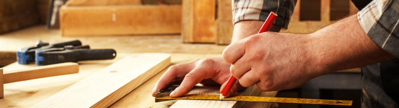 Charpentier mesure et découpe du bois